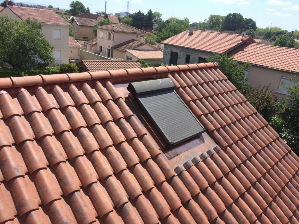particulier - couverture en tuiles fortement galbées avec détail d'intégration d'un chassis de toiture