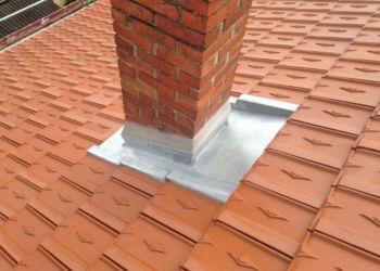 particulier - détail d'abergement de cheminée en zinc sur couverture tuiles
