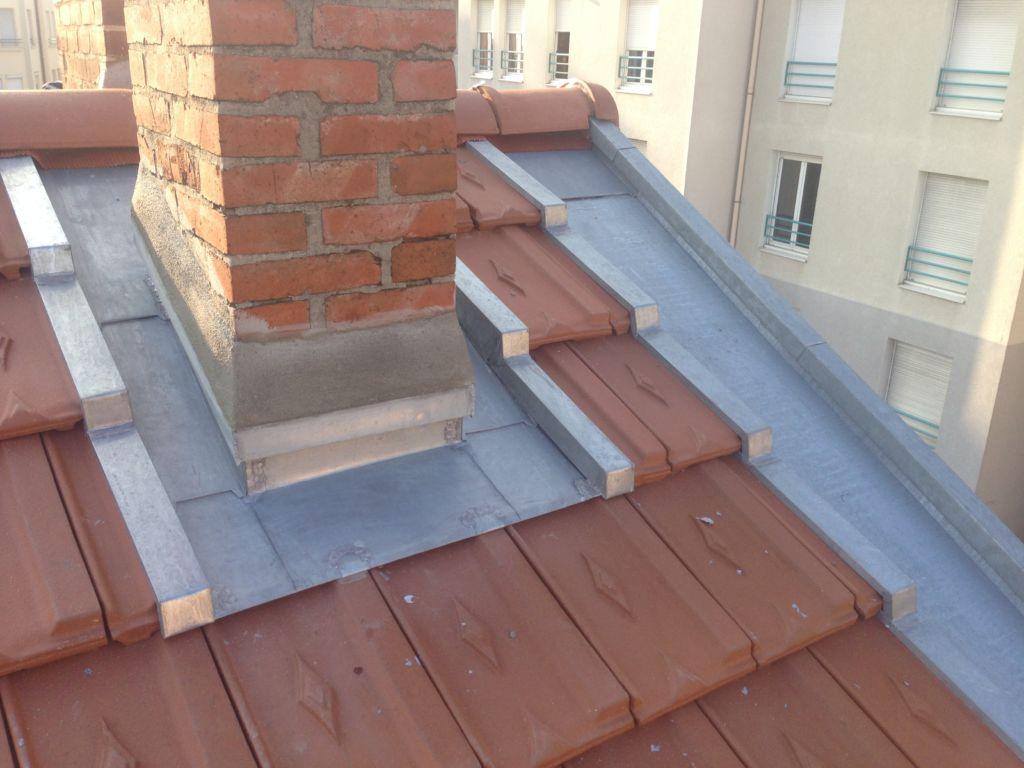 particulier - détail d'abergement de cheminée en zinc sur couverture tuiles et courant de rive en zinc